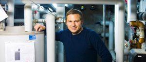 Kim Porst fra ejerforening i Nordre Frihavnsgade med varmtvandsbeholder