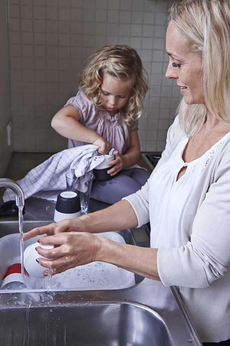 Billede af familie der deler opvasken