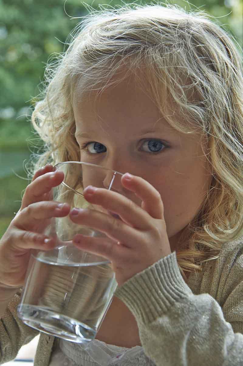 Billede af pige der drikker et glas vand