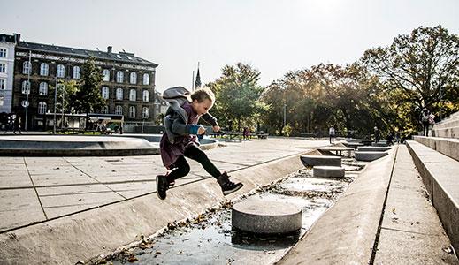 Billede af barn, der leger ved klimatilpasset vandafledningssystem