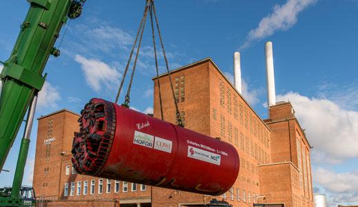 Den røde tunnelboremaskine Estrid bliver løftet på plads.