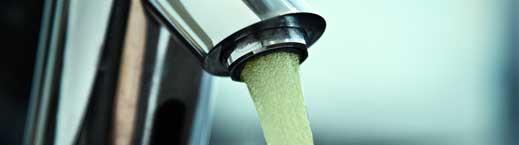 grønt vand i vandhane