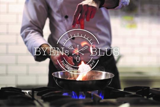 Billede af kok der laver mad på gasblus