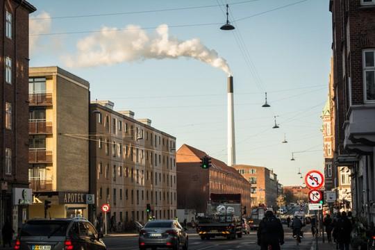 Billede af skorsten med røg fra varmeværk