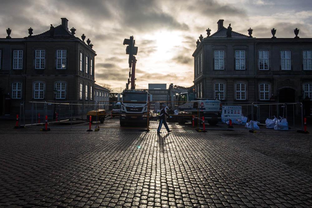 Skybrudsikring af Amalienborg Slotsplads: Vagtskifte i morgenslys