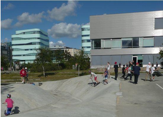billede af børn på en skaterbane