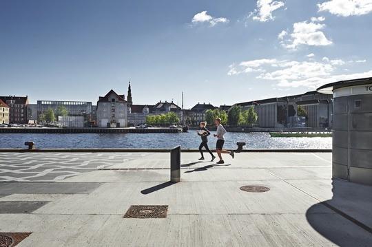 To løbere og en vandpost i København