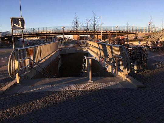 Billede af den gangtunnel, der fører under motorvejen ved Ryparken Station