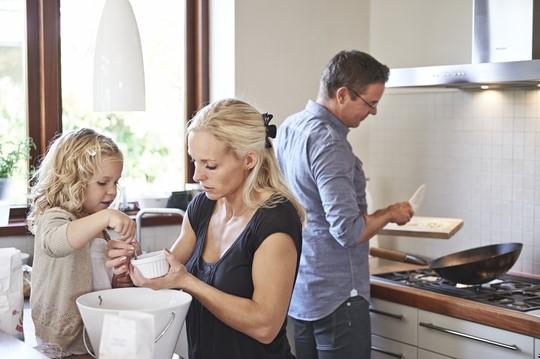 Billede af familie, der laver mad