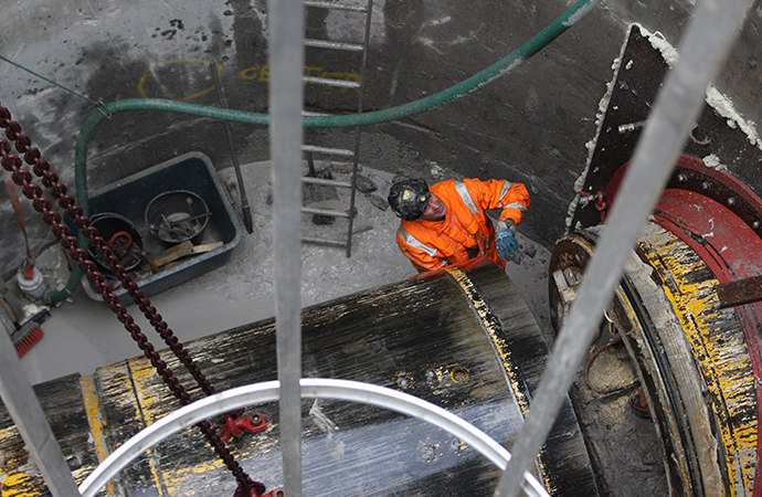 Gudrun løftes op efter gravearbejde under Damhusåen
